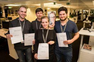 """Die Gewinner, das Team """"Factfox"""": Dirk Hübner, Lukas Will, Miriam Mogge, Gudrun Riedl, Sami Boussaid (Foto: Gregor Fischer / dpa)"""